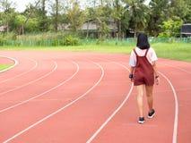Молодые азиатские девушки в стадионе стоковое фото