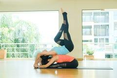 Молодые азиатские женщины практикуя йогу, фитнес протягивая flexibilit Стоковые Изображения RF