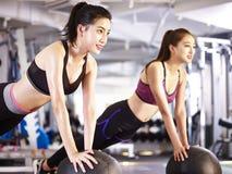 Молодые азиатские женщины работая с шариками медицины Стоковая Фотография
