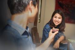 Молодые азиатские пары в влюбленности счастливой стоковые фотографии rf