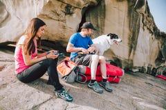 Молодые альпинисты кладя взбираясь ботинки дальше Стоковые Фотографии RF