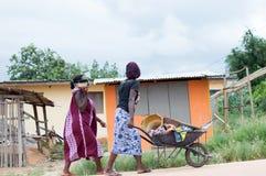 Молодые африканские женщины от рынка стоковые фотографии rf