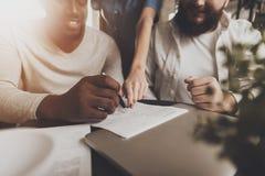 Молодые Афро-американские документы знаков человека стоковая фотография rf