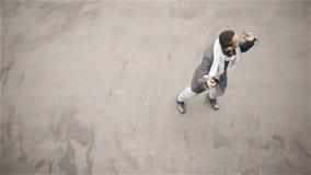 Молодые Афро-американские танцы в улице осени, наушники человека сток-видео