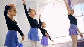 Молодые балерины тренируя в классе, конец вверх сток-видео