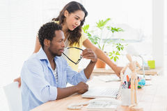 Молодые бизнесмены в офисе указывая что-то Стоковая Фотография