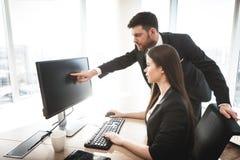 Молодые бизнесмены в офисе Стоковая Фотография