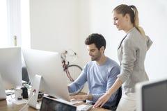 Молодые бизнесмены в офисе Стоковые Фотографии RF