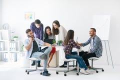Молодые бизнесмены или студенты работают в команде крытой Стоковые Фотографии RF
