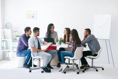 Молодые бизнесмены или студенты работают в команде крытой Стоковые Фото
