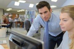 Молодые бизнесмены коллег говоря в офисе Стоковое фото RF
