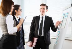 Молодые бизнесмены обсуждая новый проект на офисе Стоковые Изображения