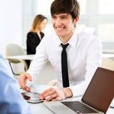 Молодые бизнесмены обсуждая новый проект Стоковые Изображения