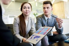 Молодые бизнесмены представляя запуск Стоковое Изображение RF