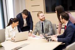 Молодые бизнесмены работая совместно в офисе Стоковая Фотография RF