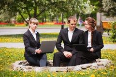 Молодые бизнесмены с компьтер-книжкой Стоковое Изображение RF