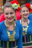 Молодые болгарские девушки танцора в традиционном костюме стоковая фотография