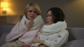 Молодые больные женщины в шарфах лежа в кровати и кашляя, вирус гриппа, карантин видеоматериал