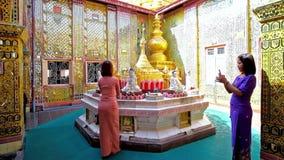 Молодые верующие в буддийском виске, Мандалае, Мьянме акции видеоматериалы