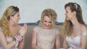 Молодые взрослые девушки в длинных платьях вечера смеются над в замедленном движении сток-видео