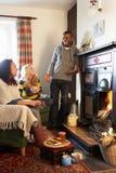 Молодые взрослые делая здравицу на открытом пожаре Стоковое Фото