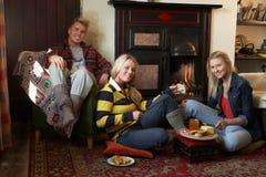 Молодые взрослые делая здравицу на открытом пожаре Стоковая Фотография RF