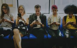 Молодые взрослые друзья используя smartphones стоковое фото rf