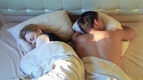 Молодые гетеросексуальные пары спать в кровати в рано утром видеоматериал