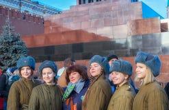 Молодые девушки кадета в исторической форме с их гувернером стоя в ряд около мавзолея стоковая фотография rf