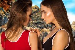Молодые девушки очарования на пляже Стоковые Изображения