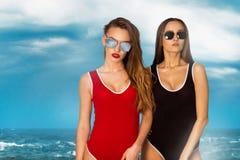Молодые девушки очарования на пляже Стоковая Фотография