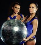 Молодые девушки танцора в дыме с шариком диско стоковое фото rf