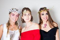 Молодые девушк-музы с творческими составом и hairdo стоковое фото