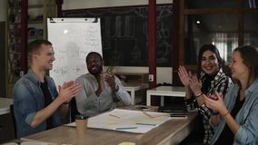 Молодые деловые партнеры, коллеги аплодируя после слушая отчета или дело с успешным проектом профессионал видеоматериал