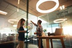 Молодые дизайнеры работая совместно в офисе Стоковые Изображения