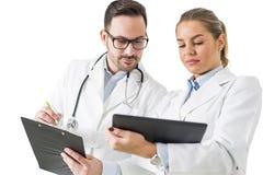 Молодые доктора с цифровой таблеткой Стоковая Фотография RF