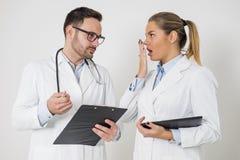Молодые доктора с цифровой таблеткой Стоковая Фотография