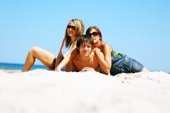 Молодые друзья на пляже лета стоковая фотография rf