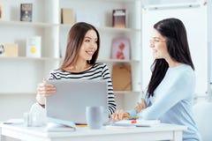 Молодые женские коллеги высчитывая риски Стоковое Изображение RF