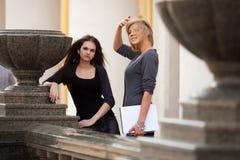 Молодые женские студенты на кампусе Стоковая Фотография RF