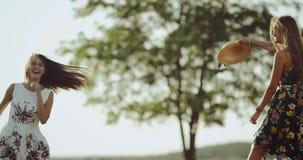 Молодые женские танцы 2 в середине природы нося ретро платье, предпосылку красивая ретро шина акции видеоматериалы