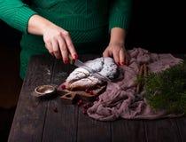 Молодые женщины варят торт рождества Stollen с марципаном, ягодами и гайками Стоковое Изображение