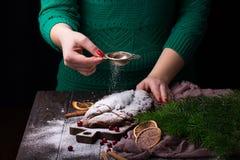 Молодые женщины варят торт рождества Stollen с марципаном, ягодами и гайками Стоковые Фотографии RF