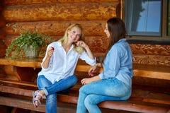Молодые женщины выпивая чай стоковое изображение rf