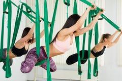Молодые женщины выполняя антигравитационную тренировку йоги Стоковые Изображения RF