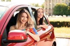 Молодые женщины в автомобиле outdoors Стоковые Фотографии RF