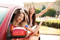 Молодые женщины в автомобиле outdoors Стоковые Изображения