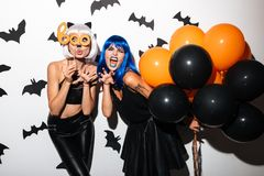 Молодые женщины в костюмах хеллоуина на партии Стоковое Фото