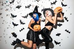 Молодые женщины в костюмах хеллоуина Стоковое фото RF