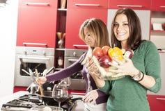 Молодые женщины в кухне Стоковая Фотография
